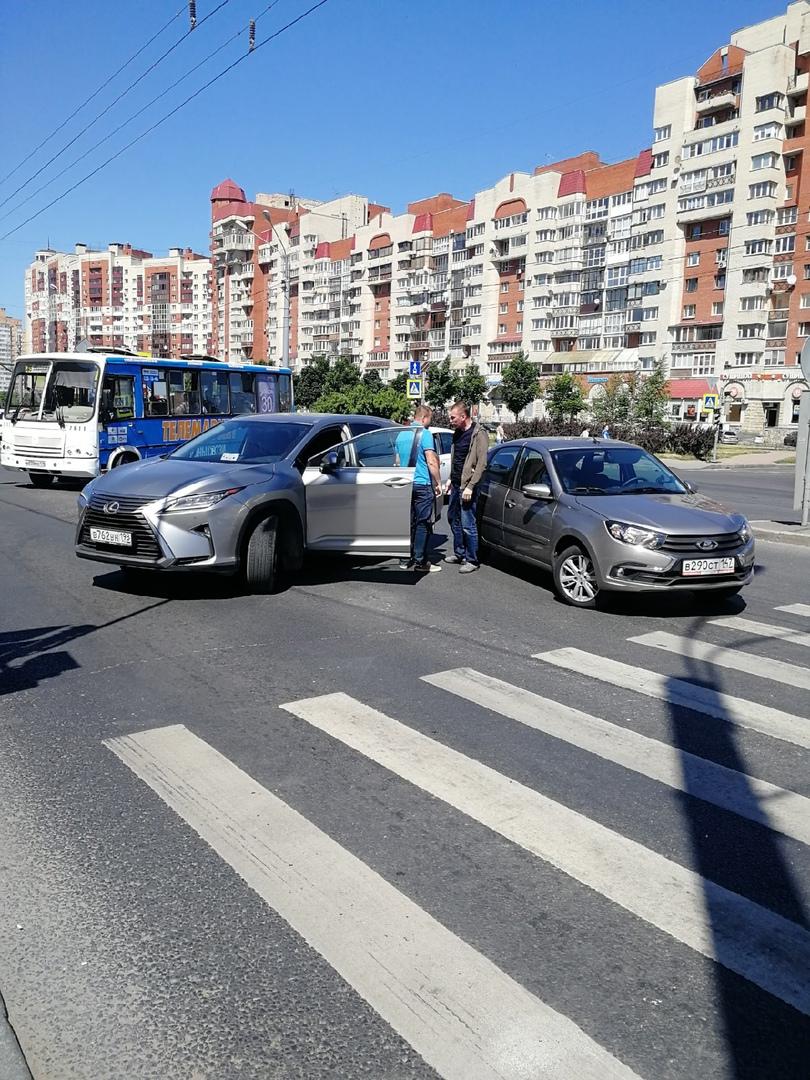 Lexus и Лада стукнулись на перекрестке Ленинского и Котина.