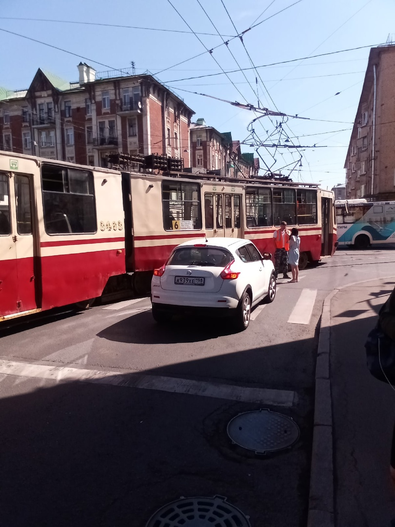На повороте с Малого В. О. на Гаванскую девушка не пропустила трамвай...