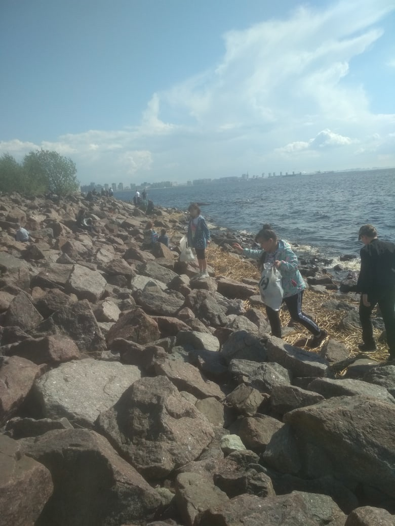 Дети хороших родителей ходят и собирают мусор в парке 300-летия Санкт-Петербурга, потому что им это ...