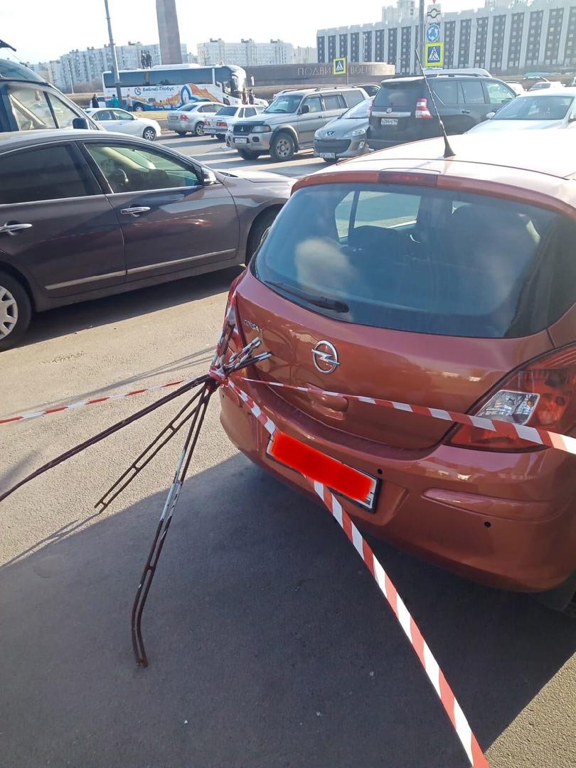 От заваленного ветром ограждения на площади Победы пострадал припаркованный Опель.