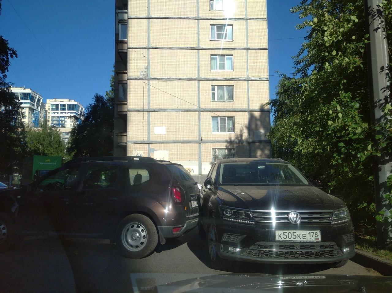 На Хасанской улице 4 корпус 1 , дедушка на дастере забыл поставить ручной тормоз.