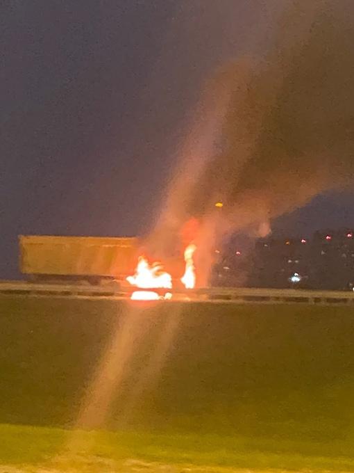 На съезде с внутренней стороны КАД на Приозерское шоссе горит самосвал. Проезд перекрыт.