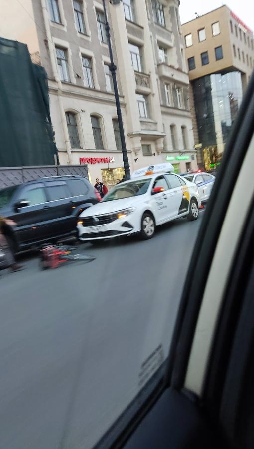 На Лиговском проспекте такси сбил велосипедиста. Скорая и ДПС на месте.