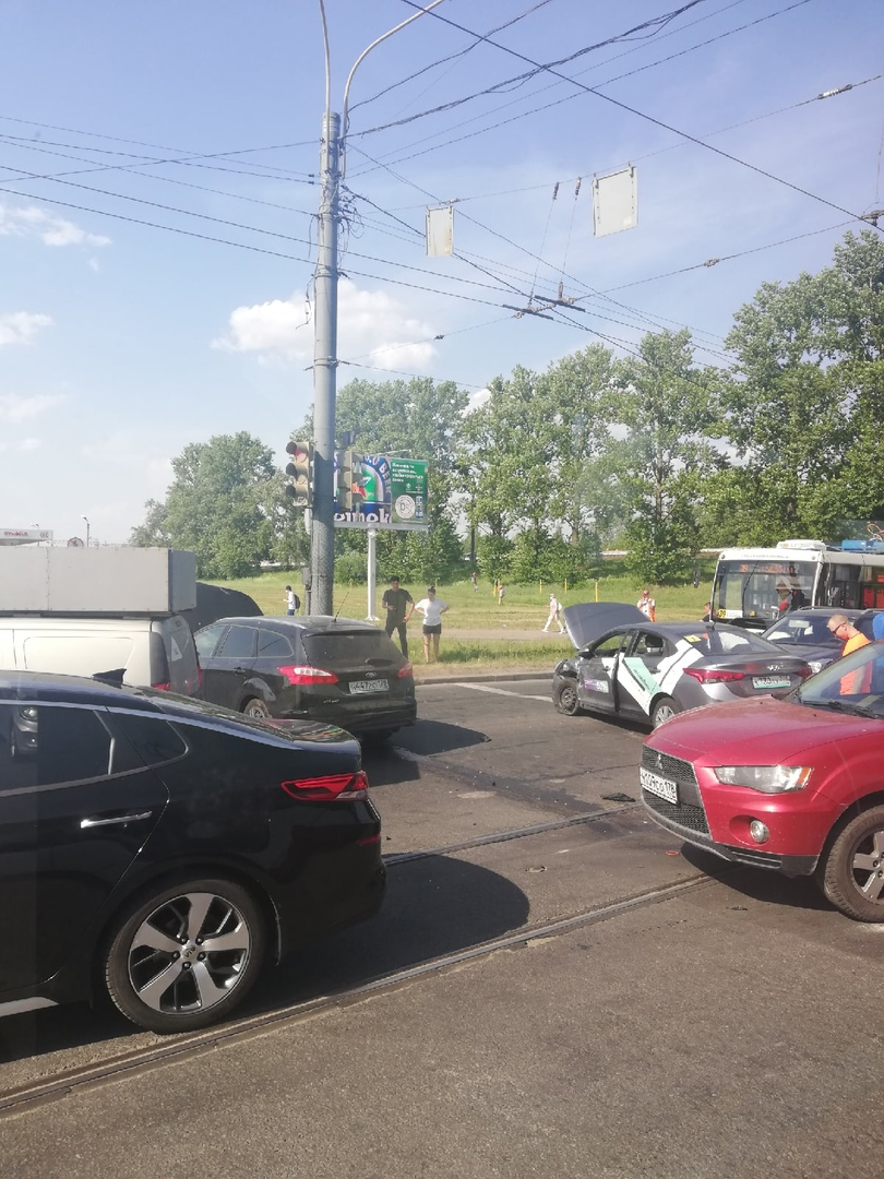 На пересечении Витебского и Благодатной Ford столкнулся с каршерингом