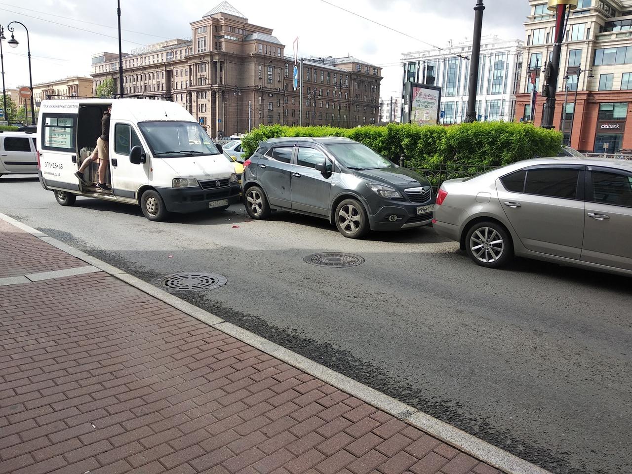 Фиат не поделил дорогу с припаркованным Опелем при повороте в карман на углу Московского проспекта и...