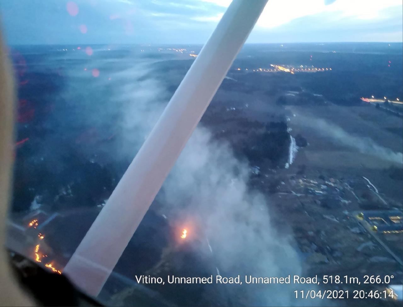 Так выглядят пожары в полях с воздуха. Поле горело около 9 вечера в районе деревни Витино Ломоносов...