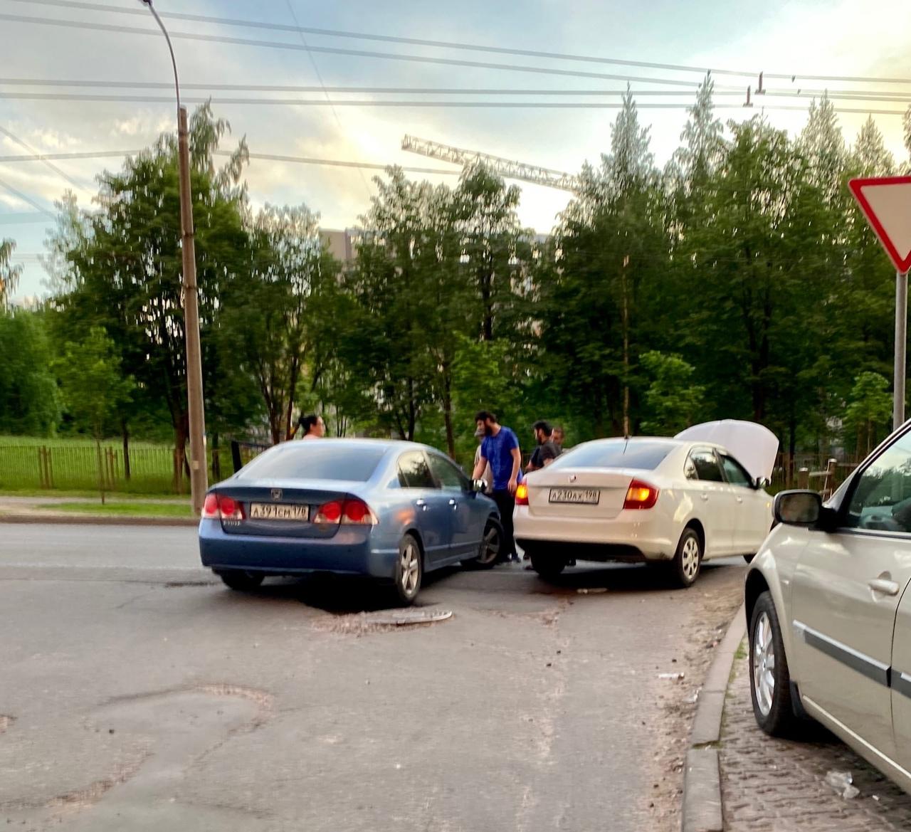 Skoda и Honda не смогли выехать из дворов на Есенина. Напротив больницы Святого Георгия.