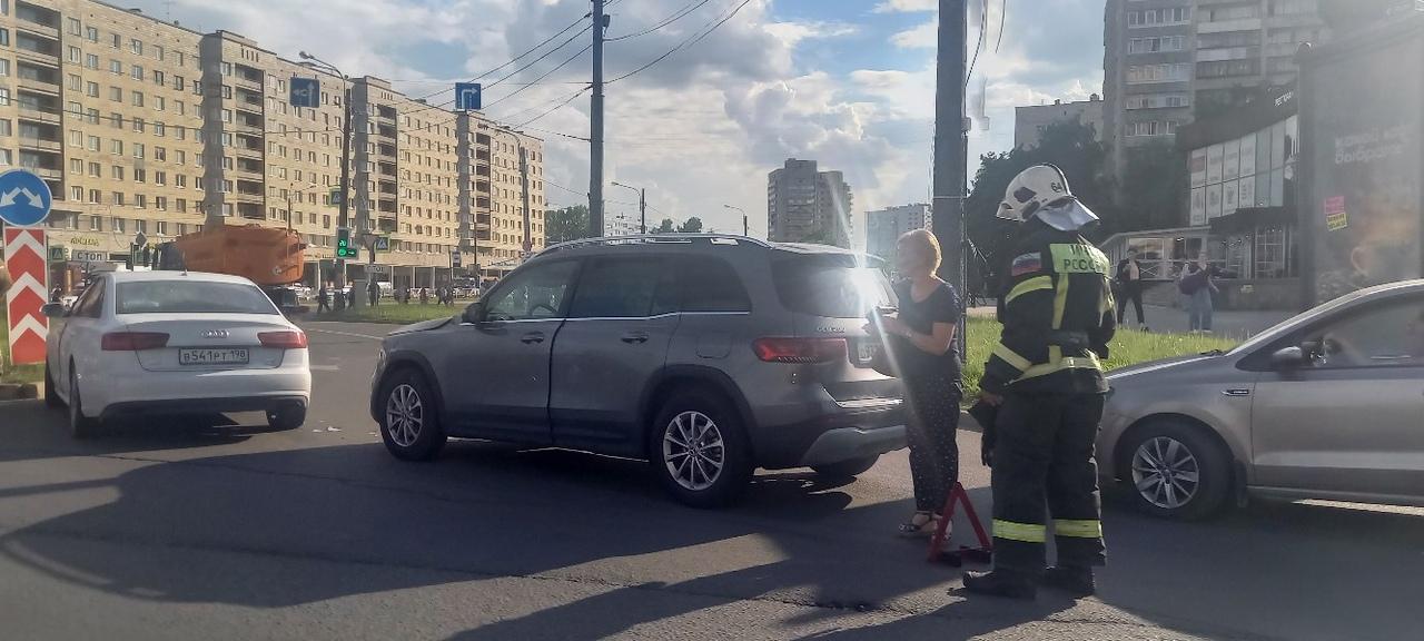 ДТП на перекрестке Славы и Бухарестской. Стоят пожарные машины. Летели они туда как на пожар.