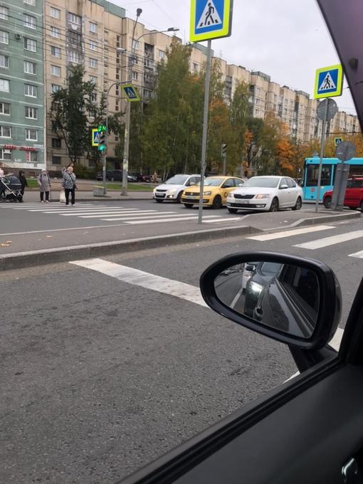 Жёлтый Volkswagen и и белая Skoda. Не знаю кто кого не пропустил на перекрёстке Просвещения и Сим...