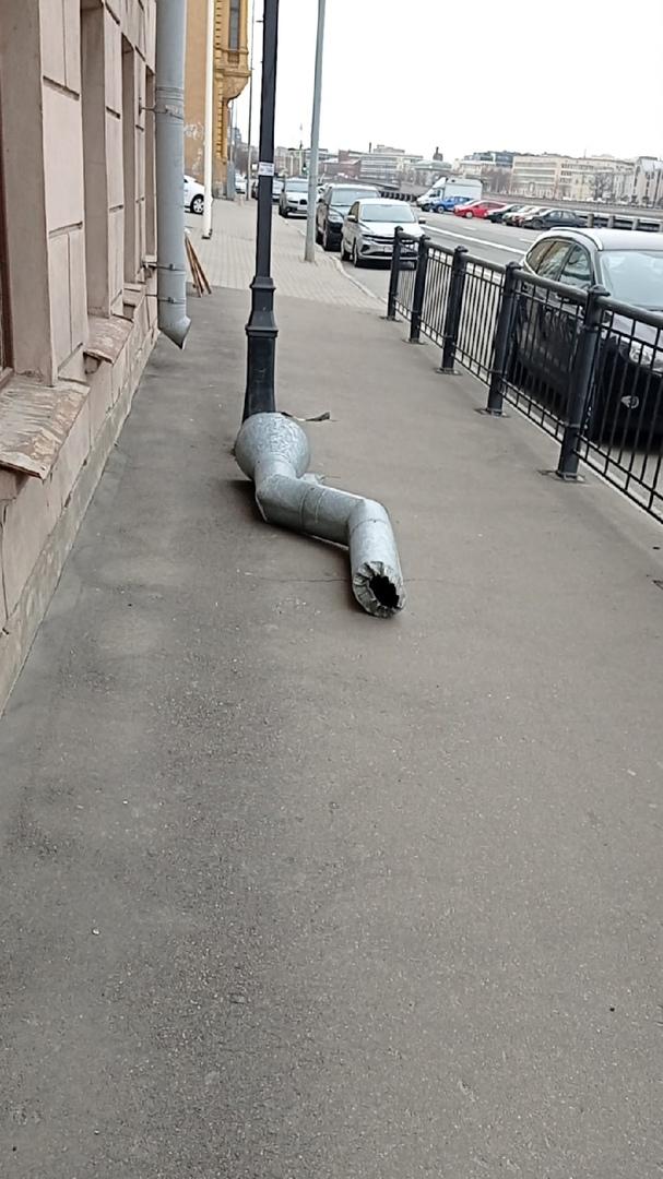 Не ДТП, но мог бы быть несчастный случай. На Петроградской набережной 26/28 труба чуть не упала на г...