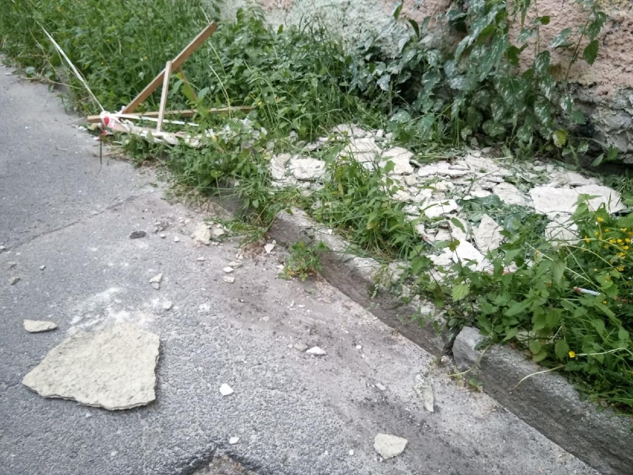 Дом на Черняховского 11, треснувший весной, лопнул ещё в одном месте Весной, трещину, в которую рук...