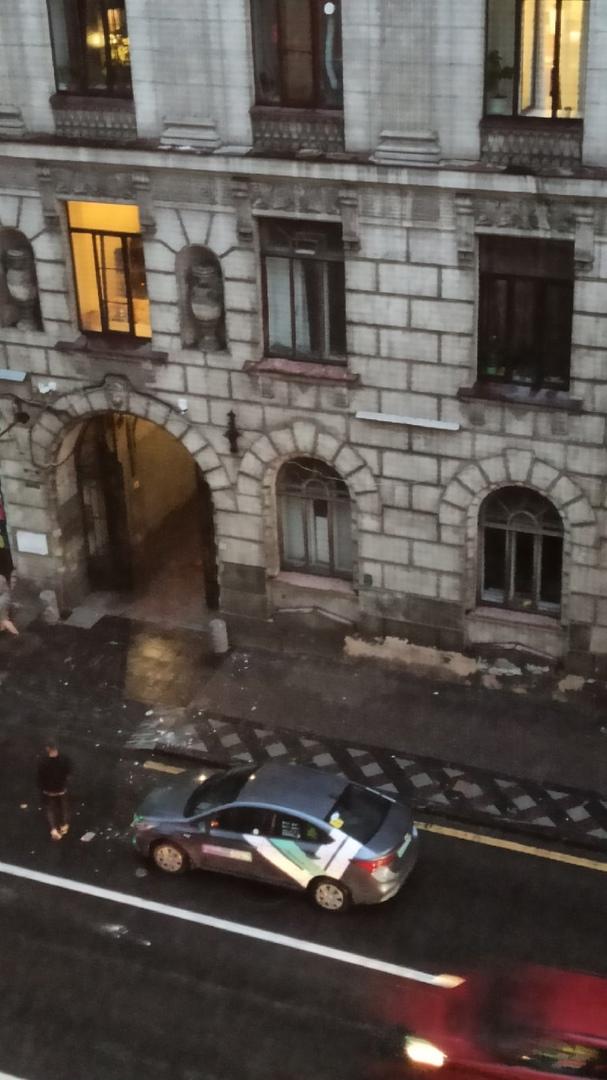 На Каменноостровском 27 произошло обрушение штукатурки на тротуар и машину каршеринга.