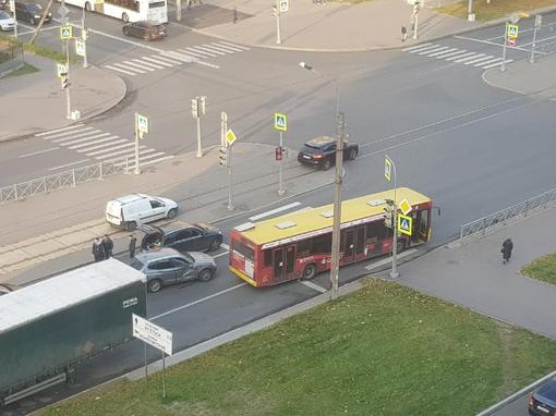Автобус, БМВ и Mercedes перекрыли все полосы движения по Луначарского от Выборгского шоссе до Композ...