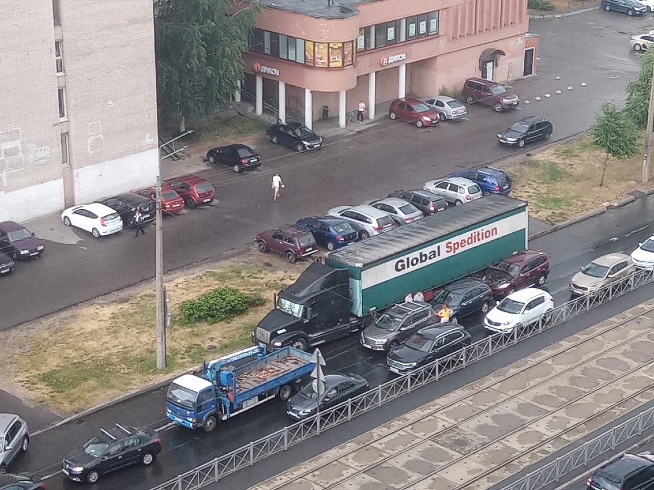 На улице Маршала Казакова 13, в сторону Юноны, тройничок. Для проезда свободен только левый ряд.