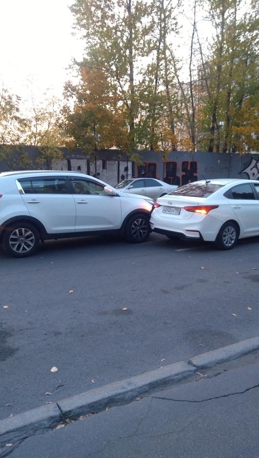 Киа и Hyundai вошли в контакт на Кременчугской, д.4 .