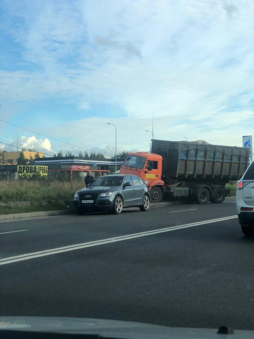 ДТП на пр. Энгельса в сторону КАД, возле заправки Газпром. Мусоровоз снес столб, провода попадали