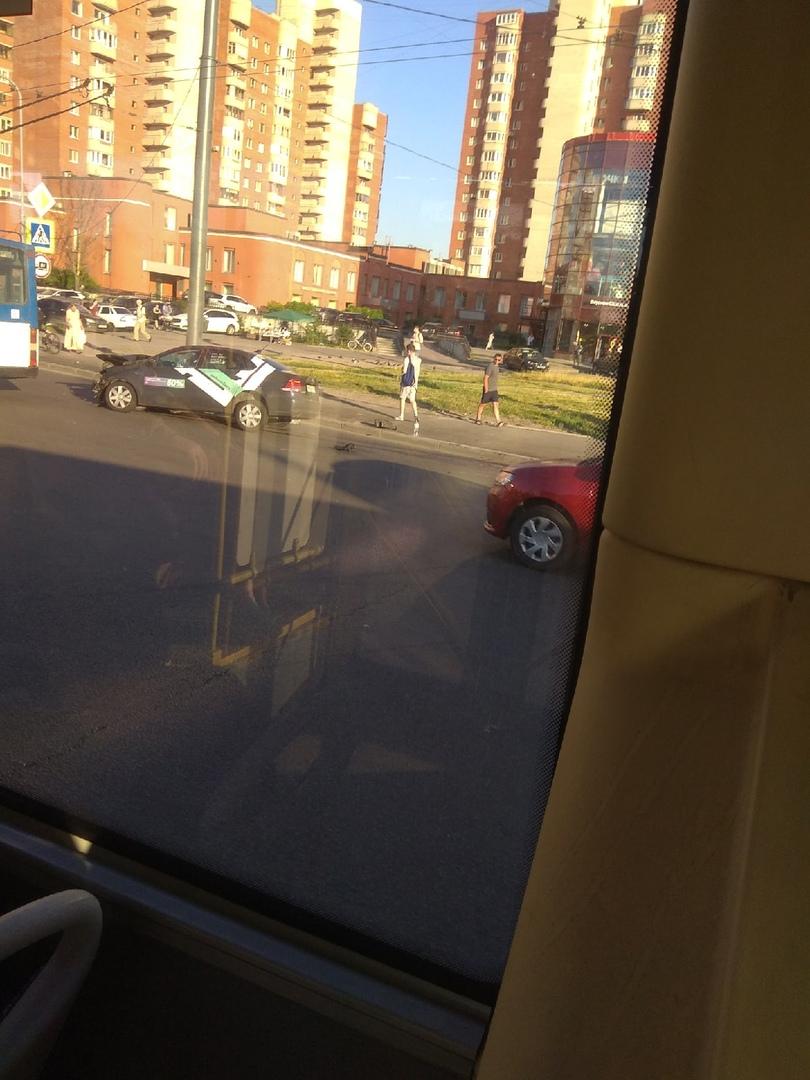 А ещё подбили делимобиль на перекрестке Жукова и Ветеранов