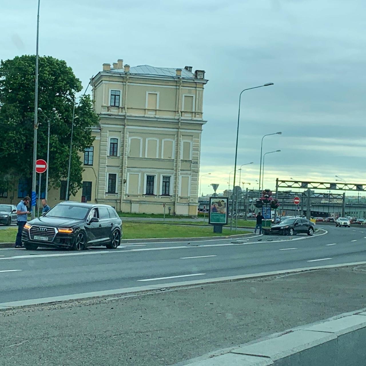Дтп Audi Q7 и Хонды Accord на Пироговской набережной, напротив Авроры. Ваши варианты как произошло...