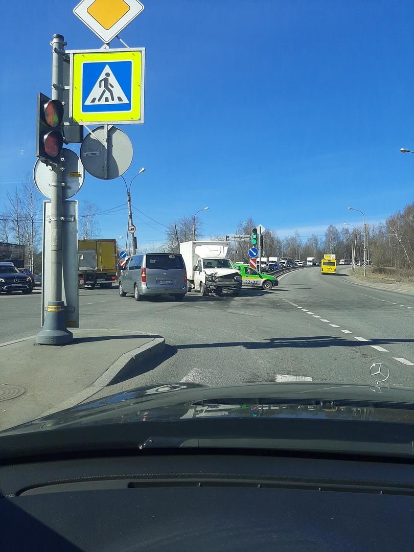 ДТП на Выборгском шоссе 379, на пересечении с Привокзальной улицей.