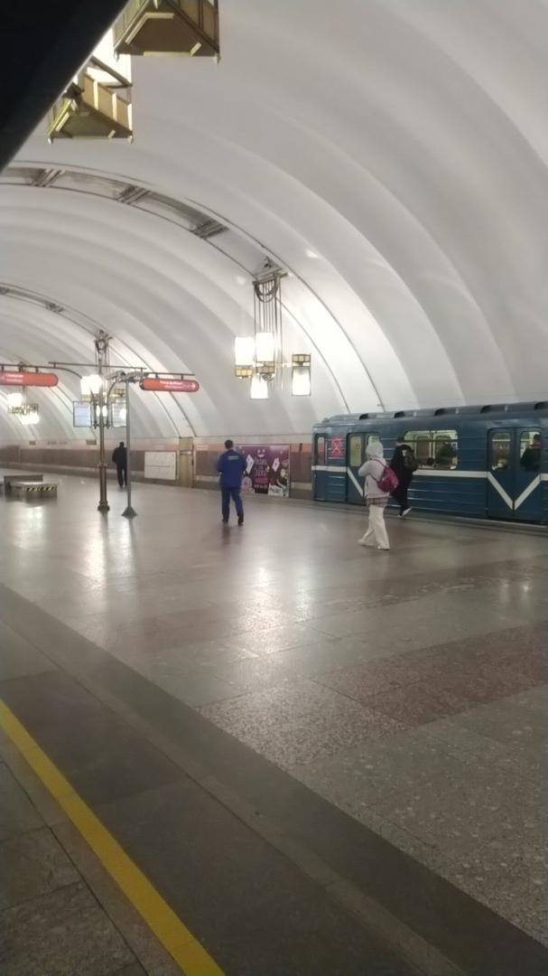 На Лиговском проспекте в сторону Дыбенко поезда стоят. Движение по оранжевой ветке метрополитена огр...