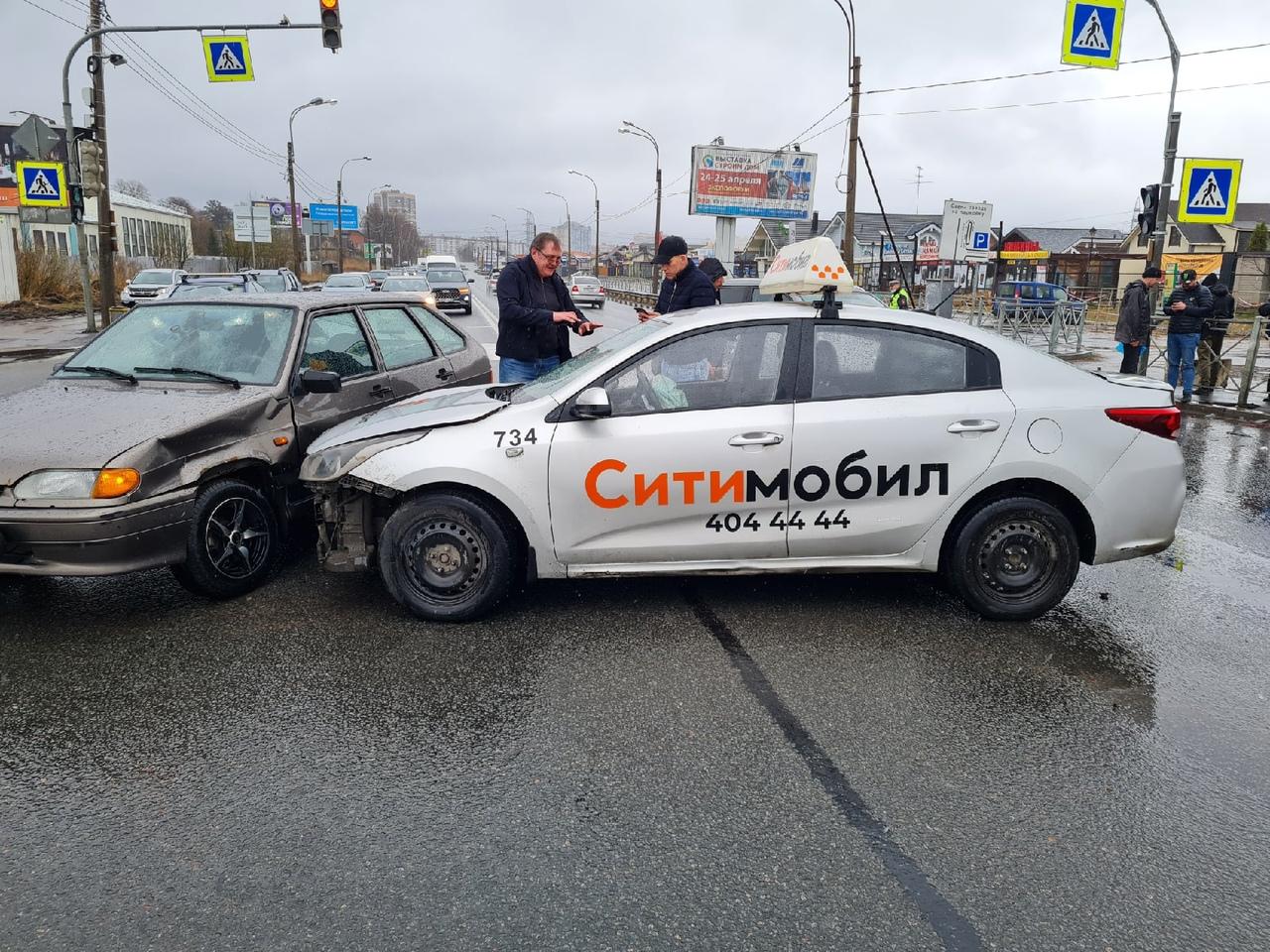 Ситимобиль столкнулся с ВАЗом и рядом отдыхает буханка в ограждении на перекрестке Выборгского шоссе...