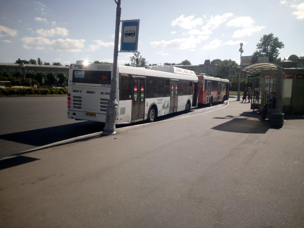Пушкин, автобус при повороте от конечной на площадь у вокзала Царское Село бортом (подножка средней ...