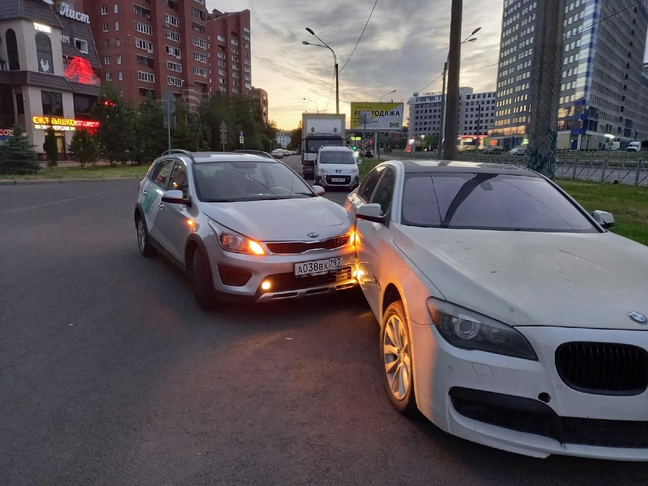 Аллея Котельникова, в кармане вдоль Коломяжского проспекта каршеринг въехал в припаркованную БМВ. Ни...