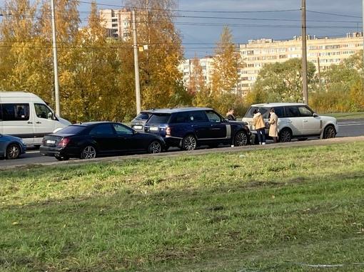 Два Рендж Ровера ехали как то из автосервиса и их догнал Mercedes На Маршала Жукова перед Стачек