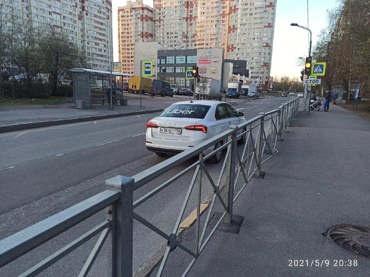 На улице Кржижановского у дома 3, не разъехались Скорая и такси