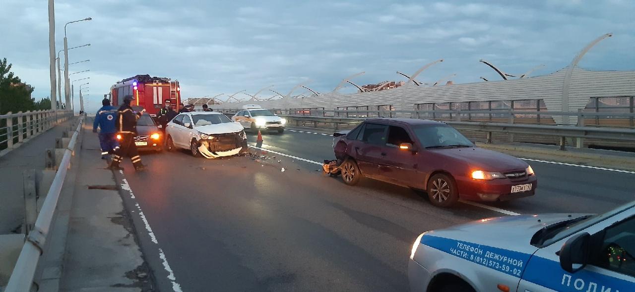 Honda и Nexia притёрлись на КАД, после чего в Нексию прилетел белый Solaris