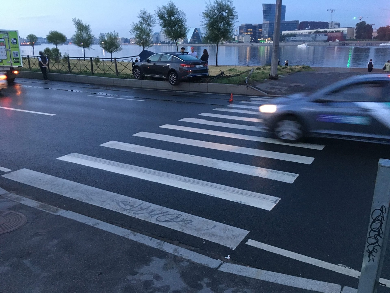 Авария на Синопской набережной, напротив Ростелекома, и 2 машины в правом ряду, не считая той, что н...