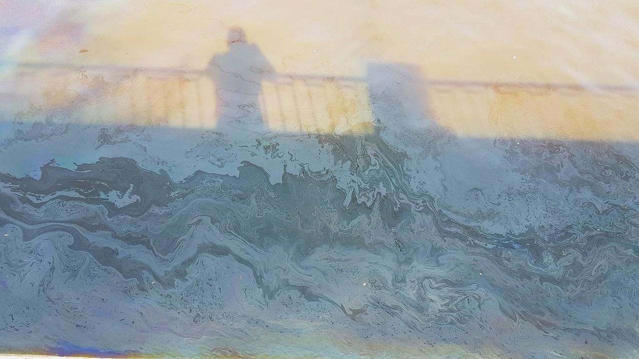 Сильный запах нефтепродуктов и масляная пленка на воде в канале Грибоедова около дома 126