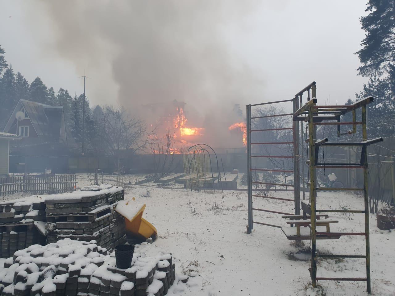 В поселке Лесколово в полдень загорелся дом. К месту выехал дежурный караул ПСС Агалатово, ПСЧ-104 ...