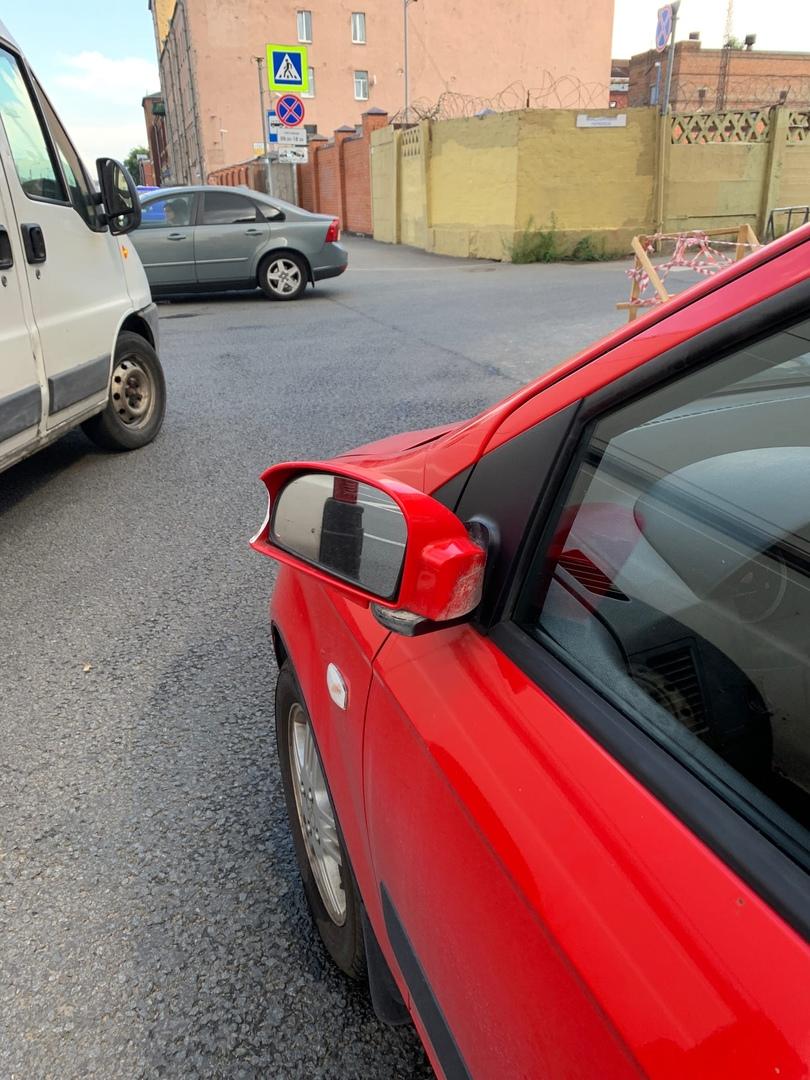 Вчера, на Обводном канале д.80, кто-то сбил мне зеркало и благополучно уехал. Машина стояла в положе...