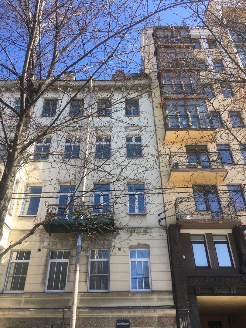 На улице Черняховского у дома 27 на мой припаркованный автомобиль упал кирпич с крыши...