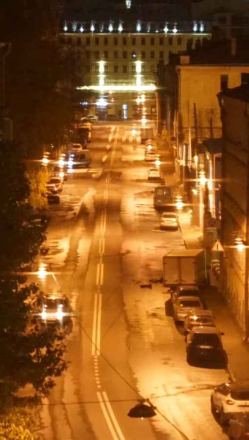 Легковая машина, ехавшая от Дегтярного переулка 1/8а в сторону Дегтярной улицы, врезалась в грузови...