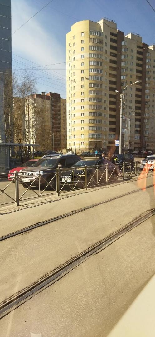На Маршала Казакова у дома 24 притëрлись Хëндай и Nissan