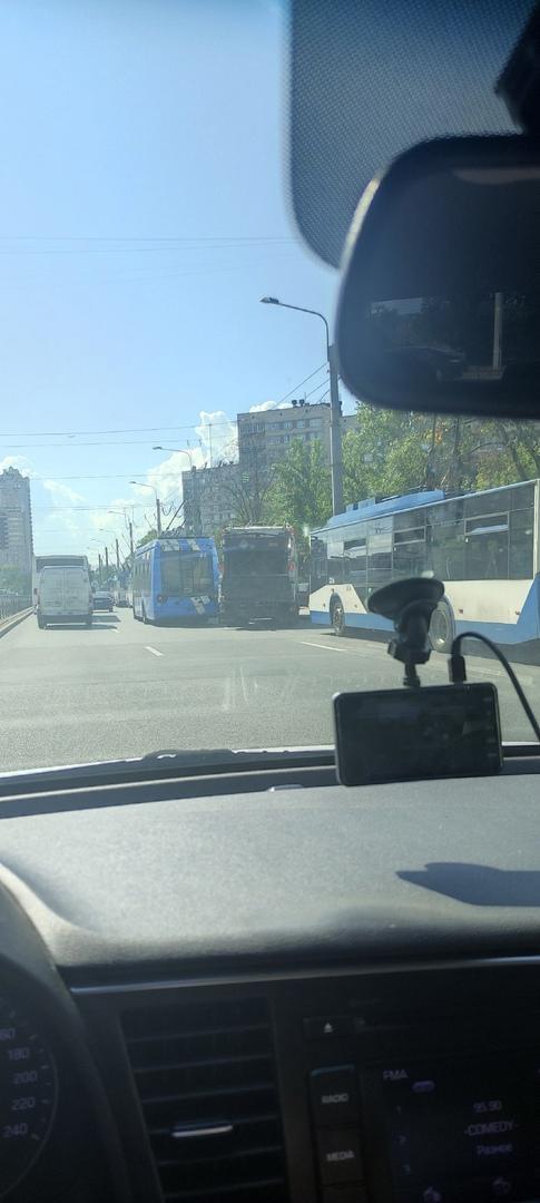 На Ветеранов стоят троллейбусы. Кто то там видимо сломался.