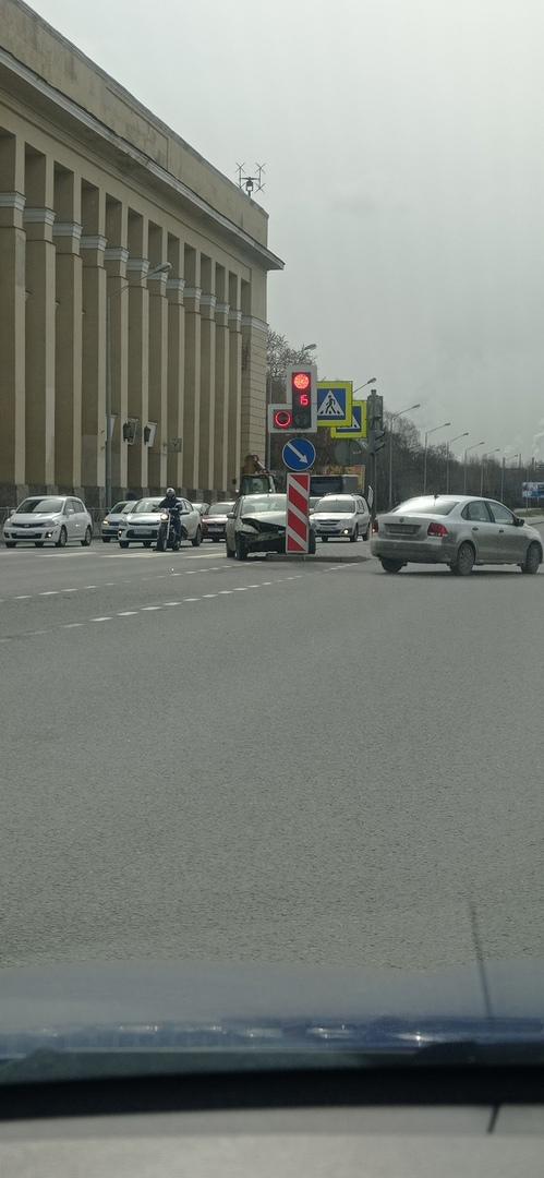 В светофоре на Октябрьской набережной перед Таллинской улицей отдыхает печально Ford Фокус