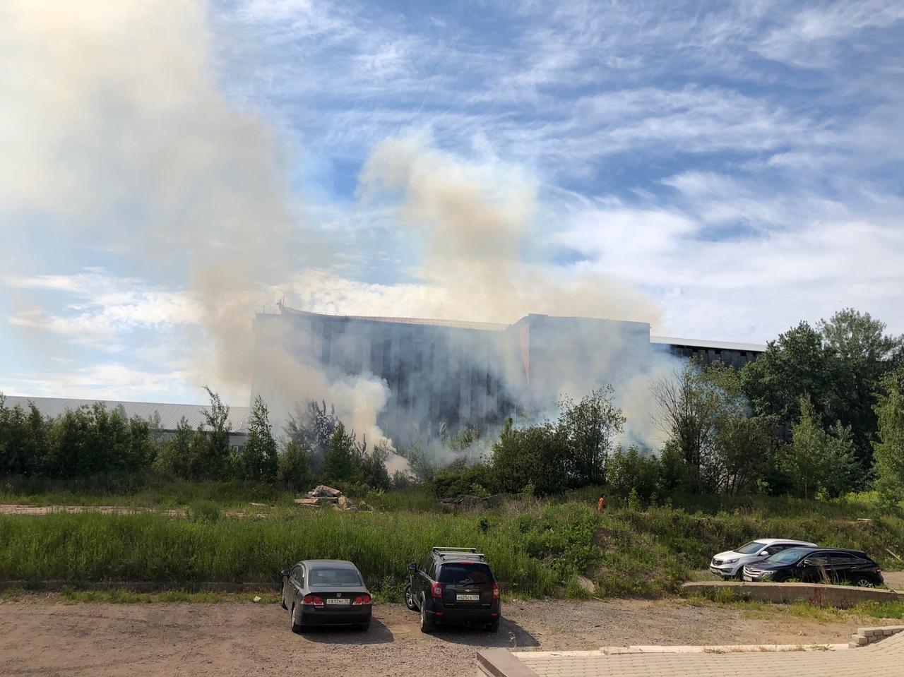 Час назад горели деревья и мусор рядом со сгоревшем складом на Ворошилова