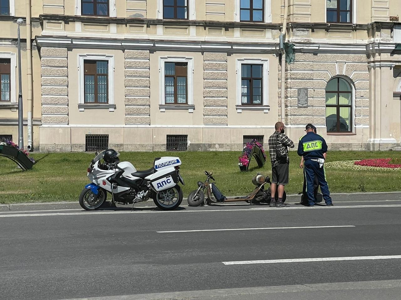 Водитель необычного транспорта сильно удивил ДПС на Пироговской набережной.
