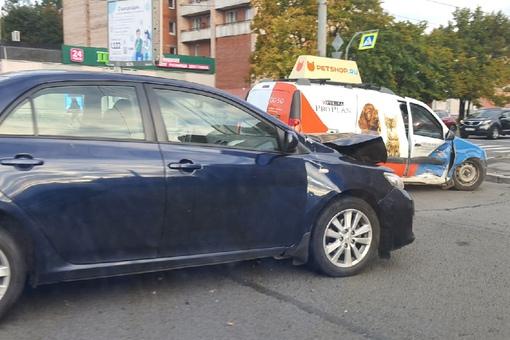 Утром , примерно в 8 часов на перекрестке Луначарского и Художников Toyota столкнулась с Ларгусом з...