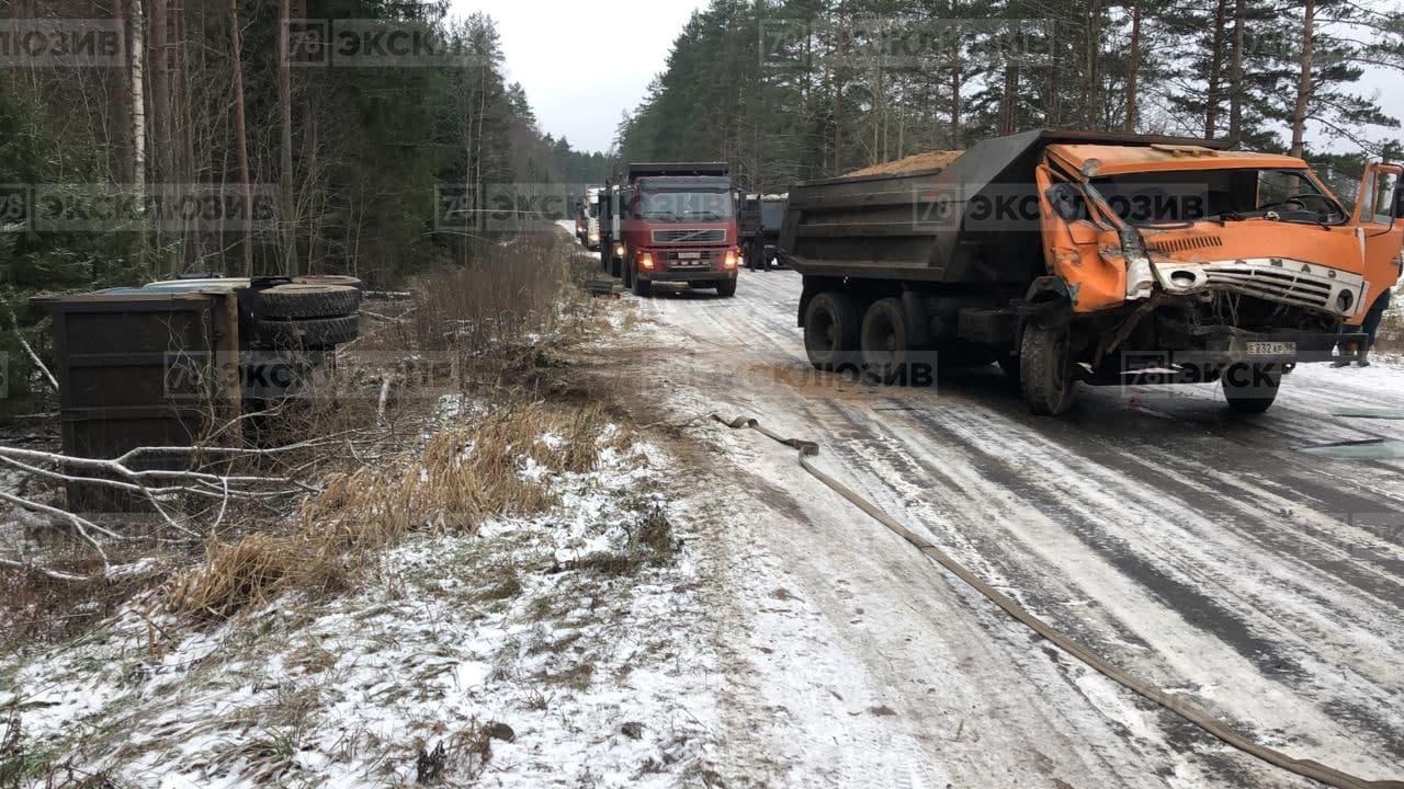 В Приозерском районе Ленобласти столкнулись три грузовых автомобиля: два «КамАЗа» и Volvo. В резуль...