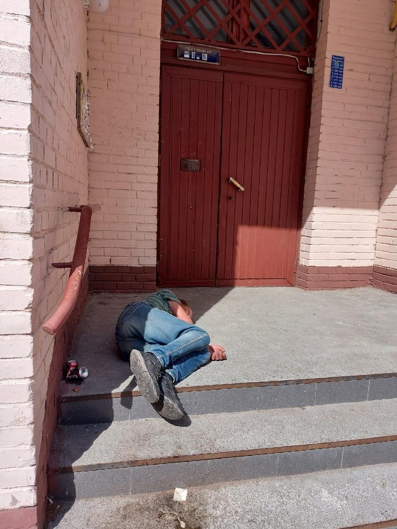 Во дворе на Ветеранов 78 лежит мужик на вид вроде не бездомный, просил помощи. Вызвали скорую помощь...