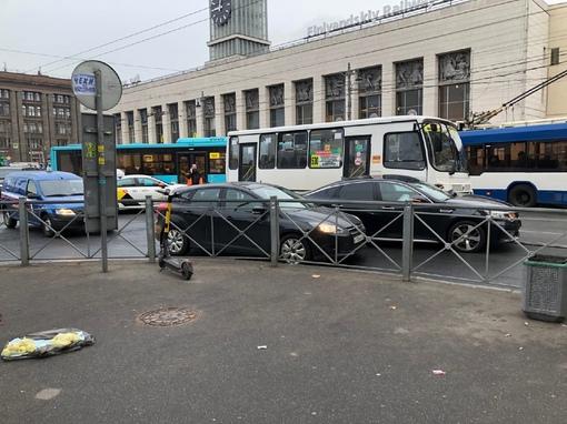 Неудачное утро корейского автопрома. Одна Киа врезалась в маршрутку, сзади Киа с такси подрезал авто...