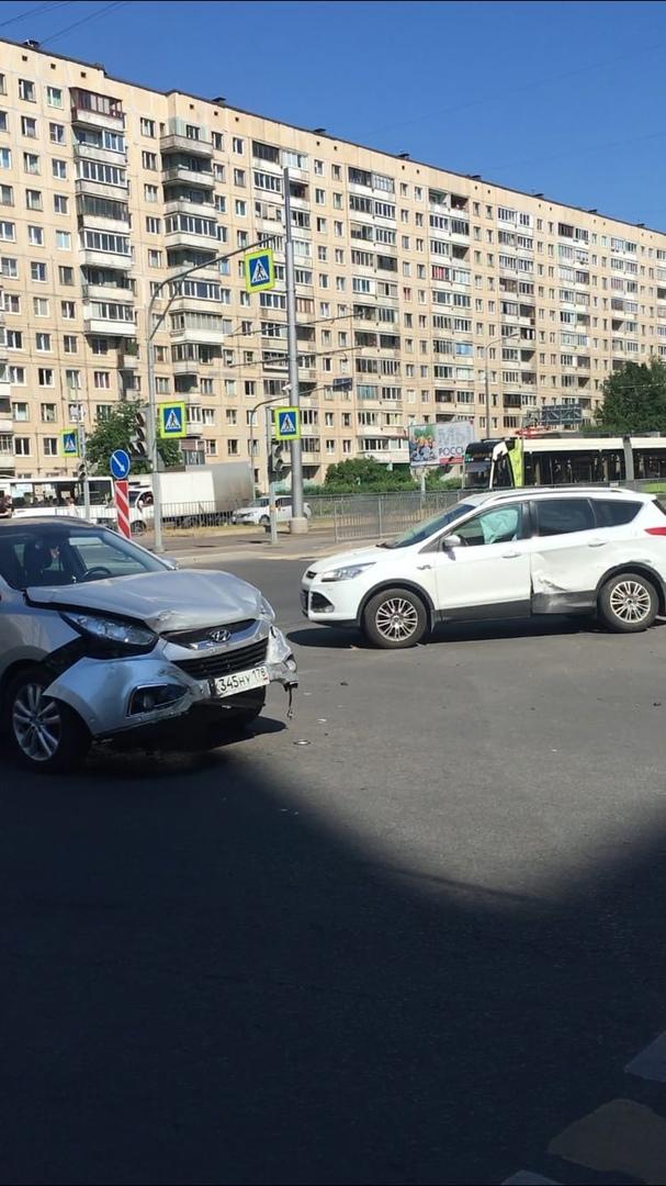 Hyundai и Ford столкнулись на перекрёстке Ленской и Наставников.