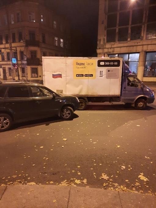 Hyundai и Яндекс Такси притерлись на углу Лиговского и Некрасова. ДПС на месте