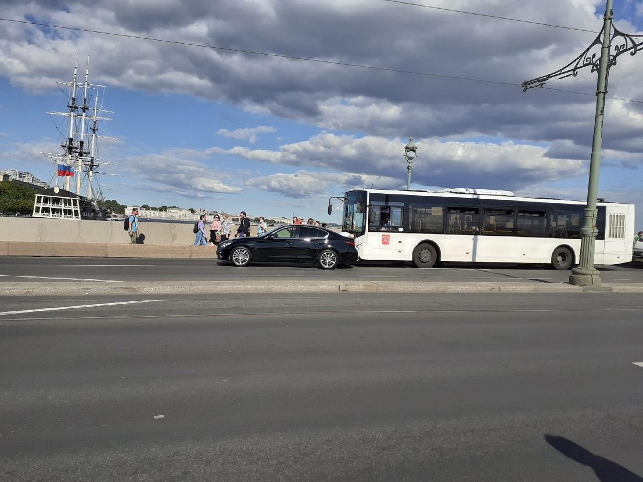 Гуляли по Троицкому мосту, услышали треск. оказалось, что там автобус не соблюдал дистанцию.