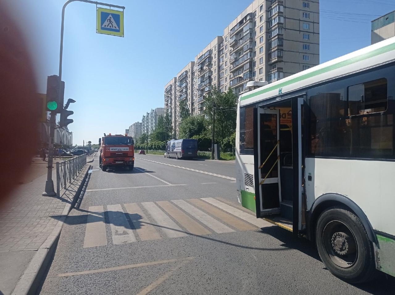 В Колпине автобус рвался к остановке и ушатал пылесос. Никто не пострадал.