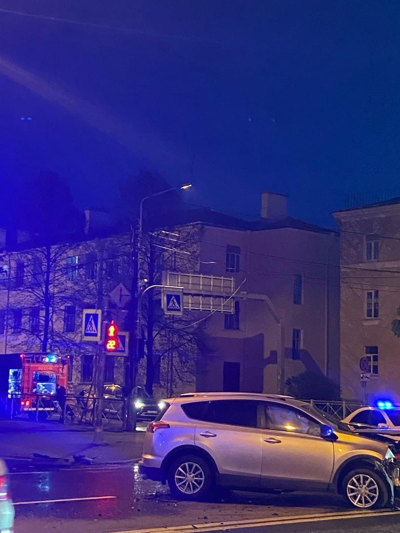 РАВ4 и Hyundai столкнулись в Стрельне на Санкт - Петербургском проспекте. Возле Константиновского двор...